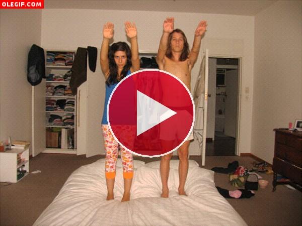 Esta pareja se lo pasa en grande saltando sobre la cama