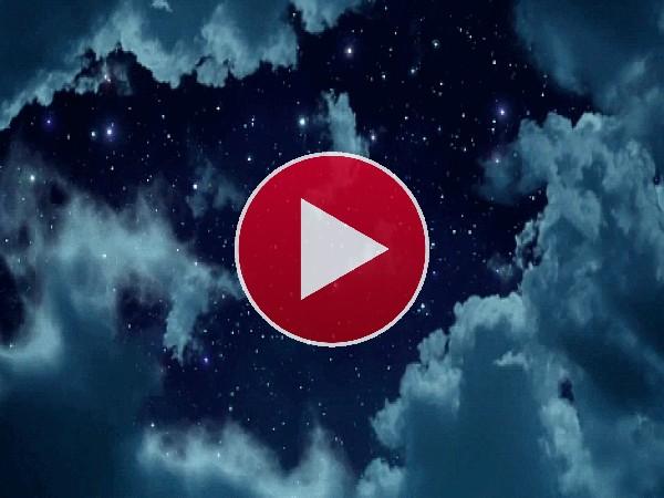 Mira como se mueven las nubes bajo un cielo estrellado