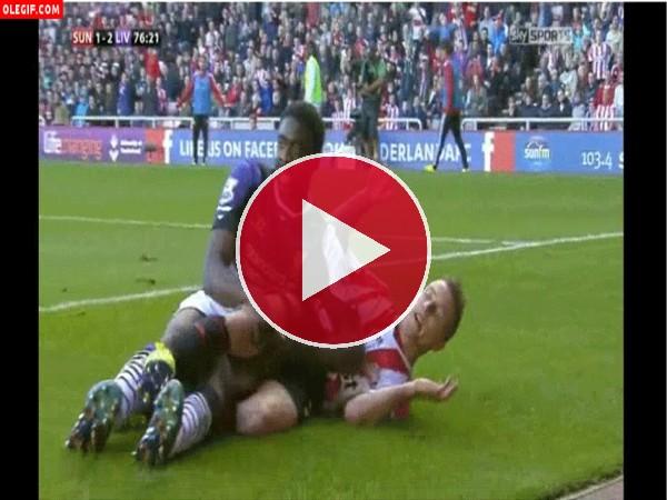Futbolistas intimando sobre la hierba