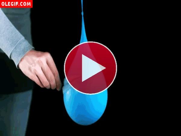 Mirad cómo explota este globo de agua