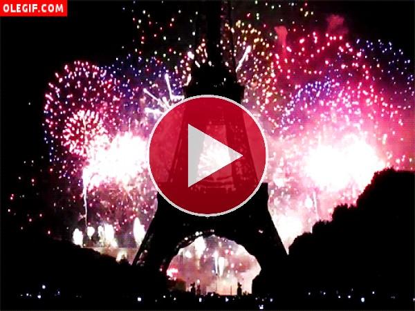 GIF: Qué bonitos son los fuegos artificiales en la Torre Eiffel