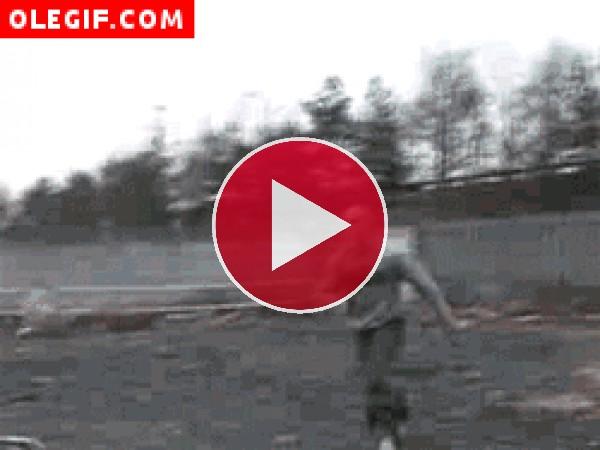 Original forma de subir al coche