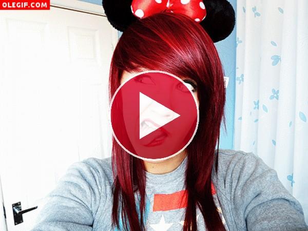 A esta chica le gusta hacer muecas con unas orejitas de Minnie Mouse sobre la cabeza