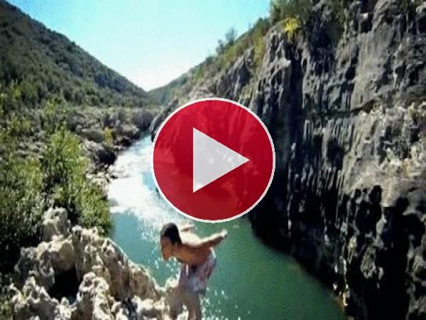 Vaya salto pega este chico para caer al río