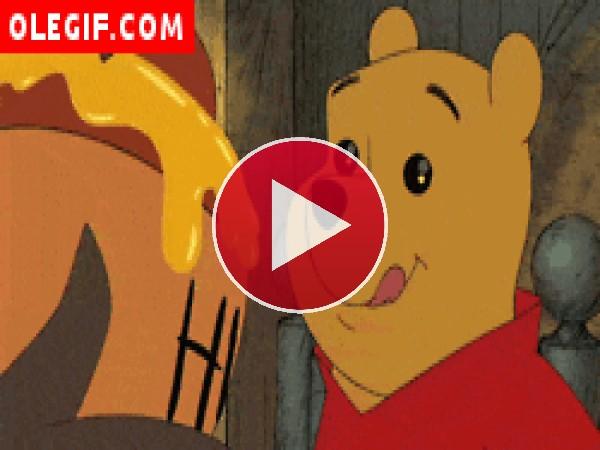 Cómo se relame Winnie de Pooh al ver la miel