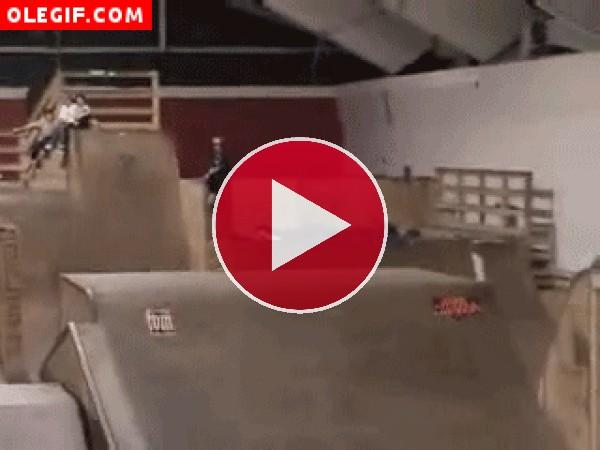 GIF: Menudo golpe se pega este skater