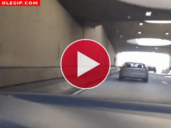 GIF: Este motorista pone su vida en peligro tontamente