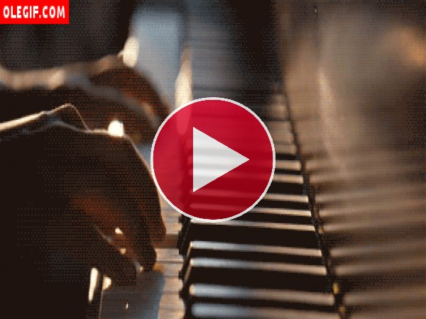 Tocando una melodía en el piano