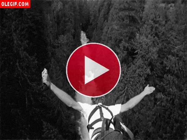 Practicando bungee jumping sobre el río