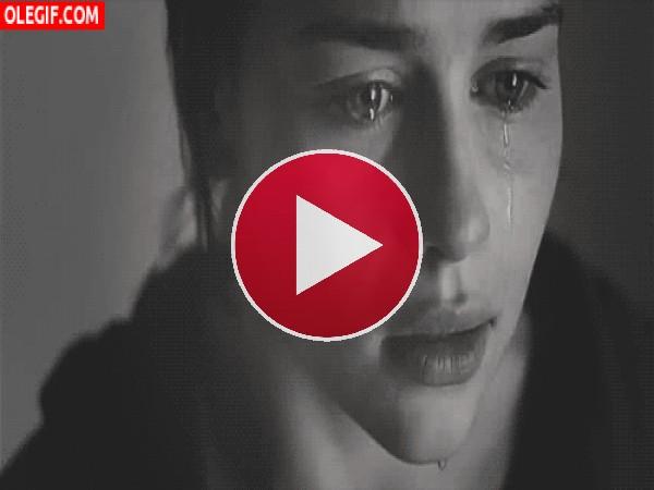 Emilia Clarke llorando desconsoladamente