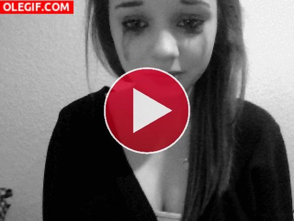Chica llorando y llorando... ¿y ahora qué pasa con el rímel?