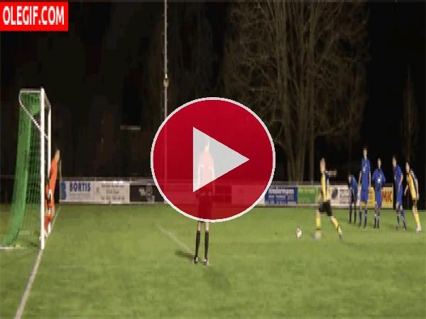 Golazo y voltereta en un penalti