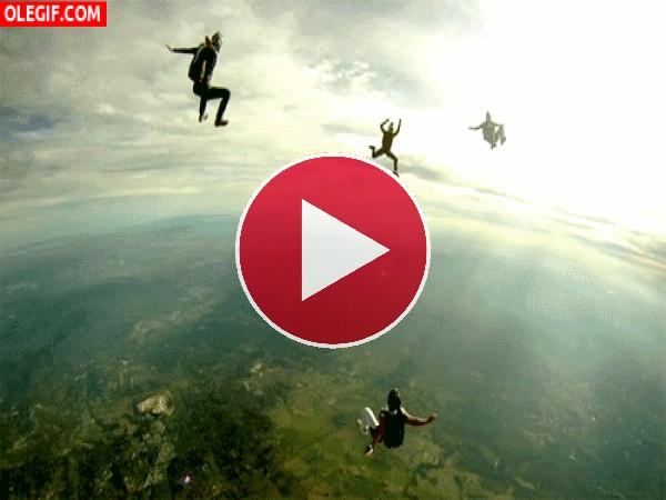 Paracaidistas en el aire