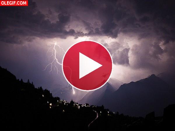 GIF: Cielo y montañas iluminados por los relámpagos