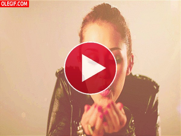 Miley Cyrus lanzando besos
