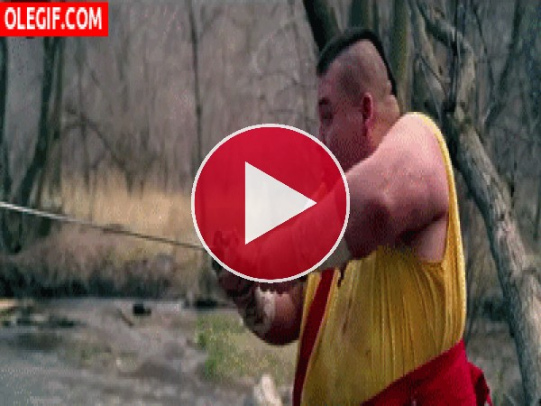 GIF: Este aprendiz de monje shaolin se lleva un manzanazo en toda la cara