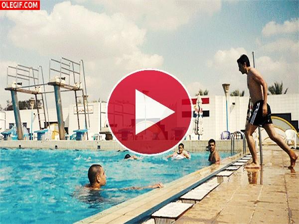 GIF: Planchazo en la piscina