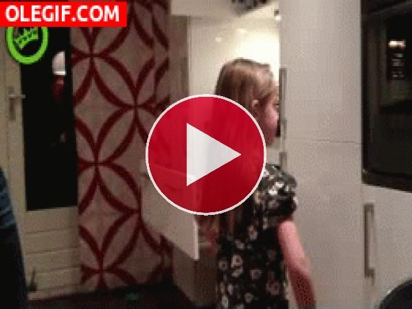 GIF: Truco para hacer una coleta a tu hija... coge la aspiradora