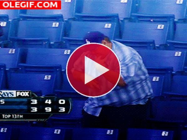 GIF: Este hombre se lo pasa pipa bailando en las gradas