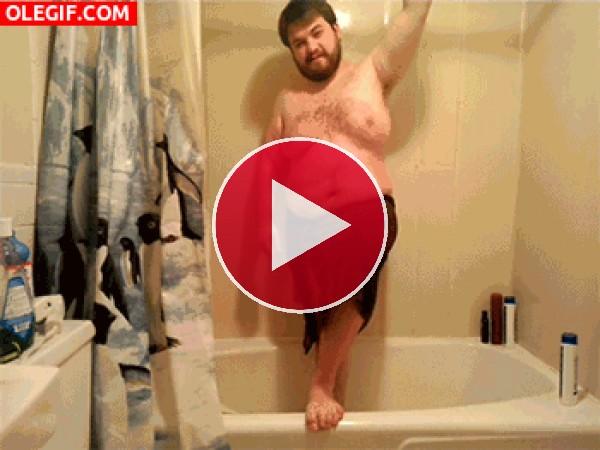 Mira qué golpe se pega este chico sexy en la bañera
