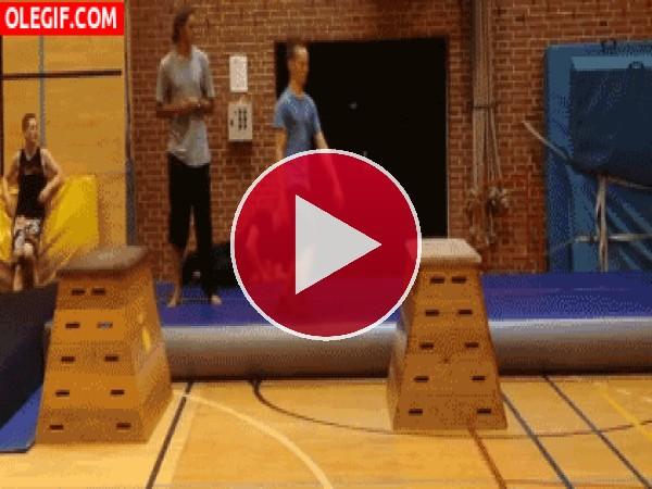 GIF: Menudo golpe se da este chico saltando el plinto