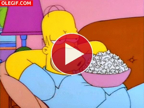 GIF: Homer Simpson comiendo palomitas cómodamente
