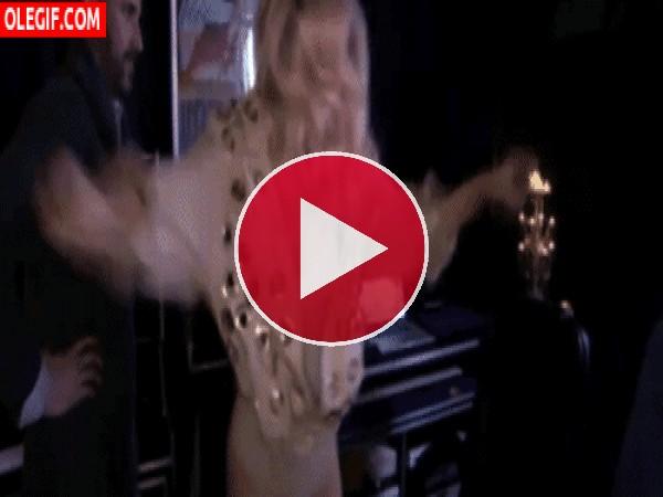 Lady Gaga bailando con mucho ímpetu