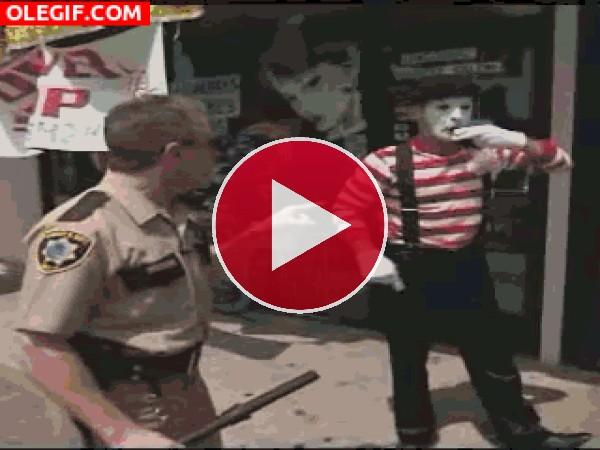 Este policía se sobrepasa con el mimo
