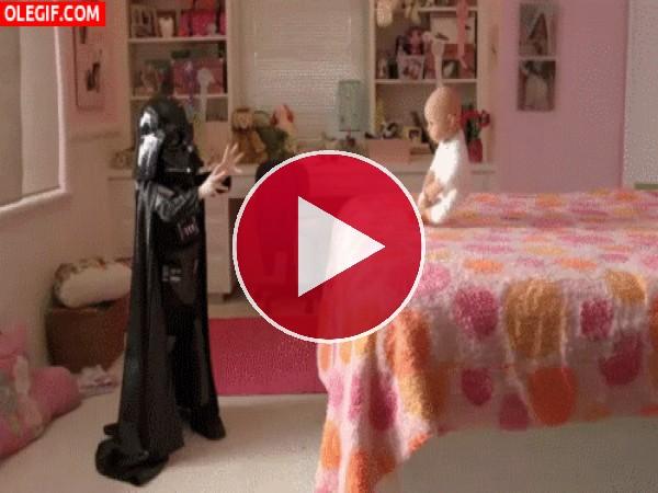Un pequeño Darth Vader practicando sus poderes