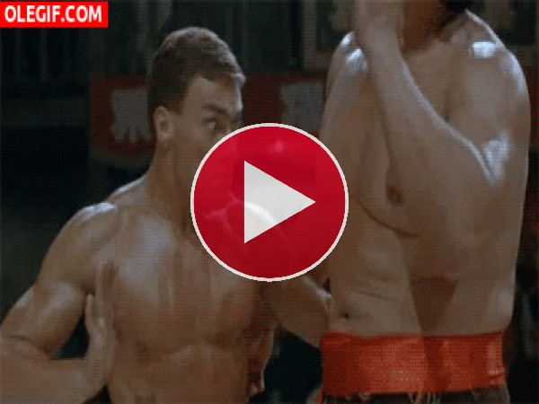 GIF: Vaya cara de flipao que pone Van Damme al asestar el golpe