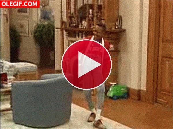 GIF: Steve Urkel marcándose un bailecito