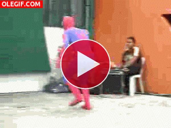 GIF: La caída de Spiderman