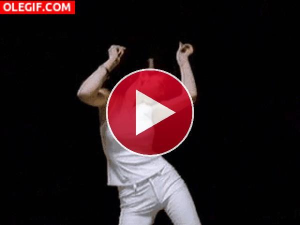GIF: El baile de la mujer de blanco