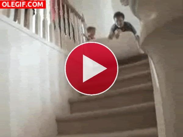 Esta niña rueda por las escaleras tras la peligrosa ocurrencia del padre