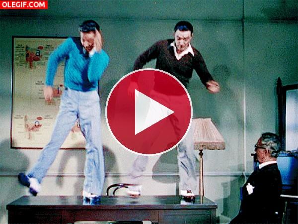 El señor alucina al ver a estos dos bailando claqué sobre la mesa