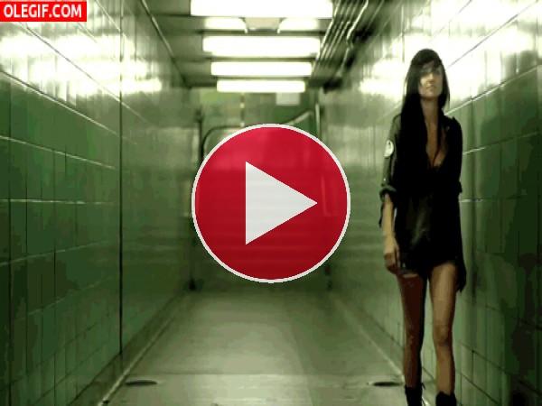 Chica caminando sola