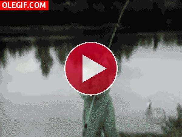 Este niño intenta huir del pez que acaba de pescar