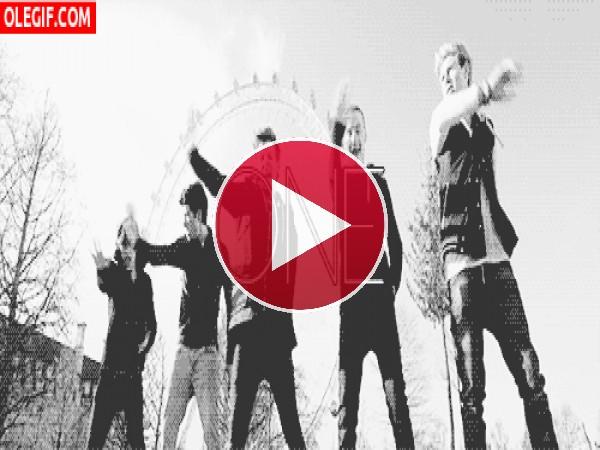 Los chicos de One Direction bailando junto a la Noria de Londres