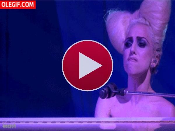 GIF: Lady Gaga parece cabreada, ¿será por esas tetas que le han puesto en la cabeza?