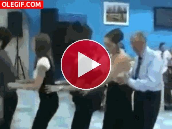 GIF: Este hombre aprovecha el baile de la conga para arrimar cebolleta