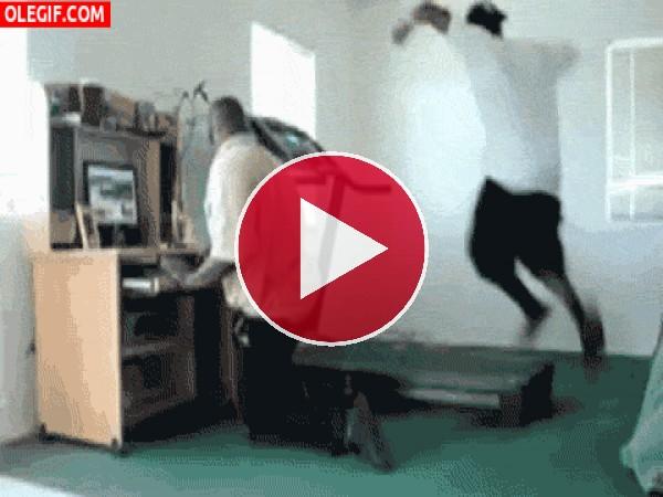 GIF: ¿Pero qué manera tiene este chico de correr en la cinta?