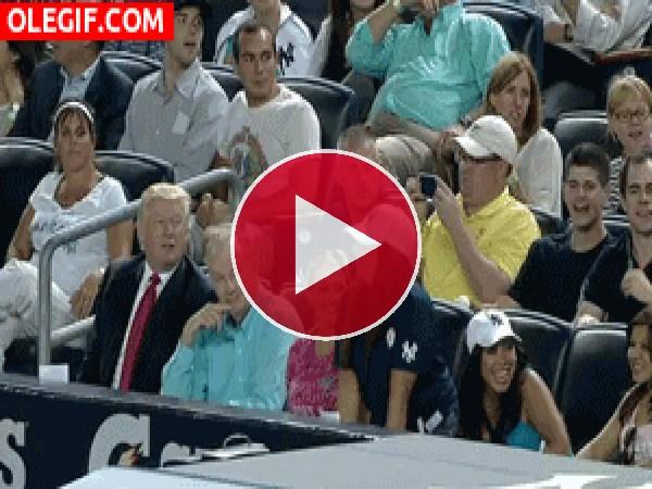 Donald Trump es chulo hasta para hacer la ola