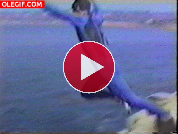 Menudo peligro tiene este hombre lanzándose al mar entre dos rocas