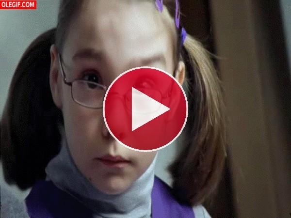 Qué movimiento tan extraño hace esta niña con las cejas