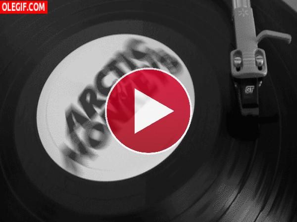 GIF: Disco de los Arctic Monkeys girando en el tocadiscos