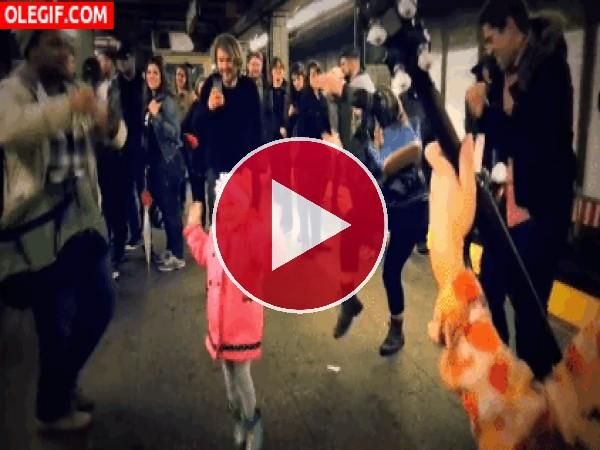 GIF: Esta niña causa sensación con su baile callejero