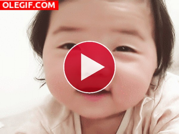 GIF: La bonita sonrisa de una bebé