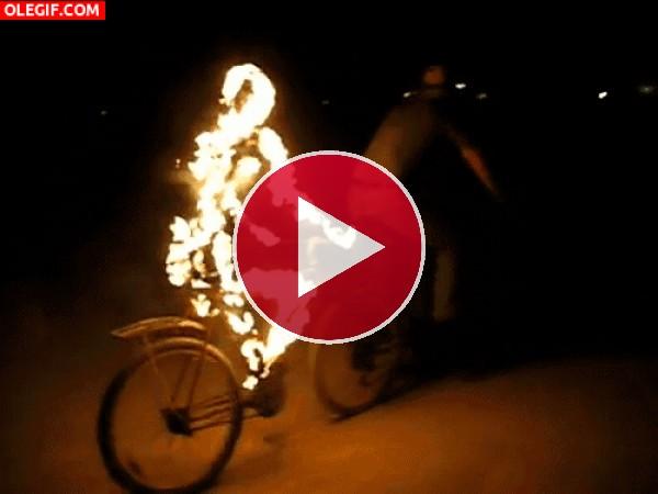 GIF: Ciclista en llamas