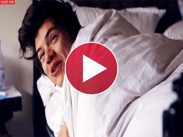 GIF: La sonrisa de Harry Styles recién despertado