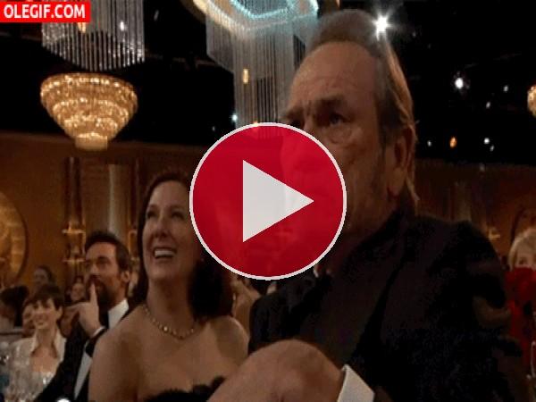 GIF: A Tommy Lee Jones no le está gustando nada el chiste